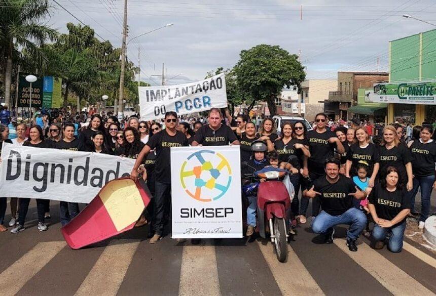 Em Glória de Dourados, Desfile é marcado por protesto, servidores vestiram preto e pediram respeito