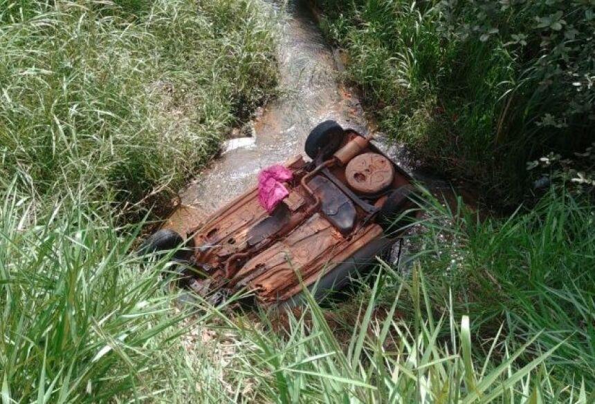 Mulheres ficam feridas após veículo cair em córrego/Foto: Idest.