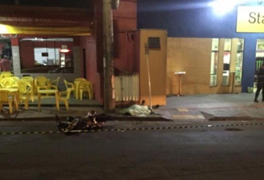 Motociclista foi lançada sobre a calçada da Rua da Divisão. - Crédito: (Jeferson Costa)
