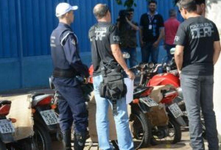 Várias equipes policiais fizeram batida em lojas de celulares no centro comercial - Foto: Bruno Henrique / Correio do Estado