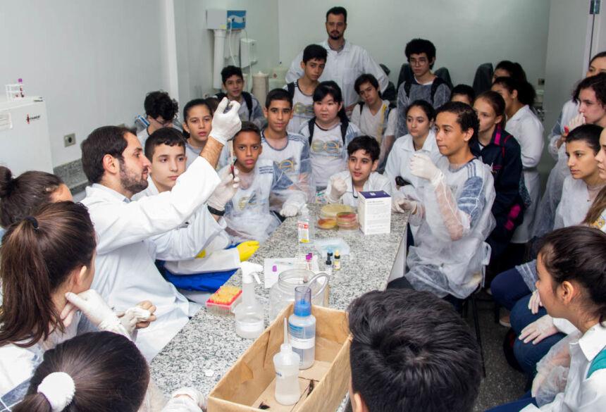 Alunos da Escola SEI conhecem laboratórios da UNIGRAN e participam de aula prática
