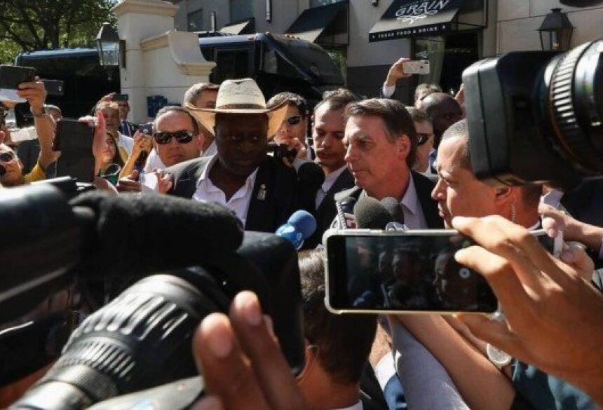 Jair Bolsonaro fala à imprensa durante sua chegada a Dallas Foto: Agência O Globo