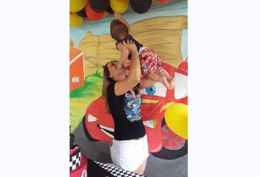 Natália brinca com o filho Foto: Arquivo pessoal