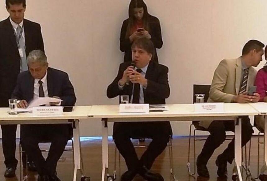 Presidente da Assomasul, Pedro Caravina (no centro), durante reunião do conselho político da CNM (Foto: Flávio Araújo - Assomasul)