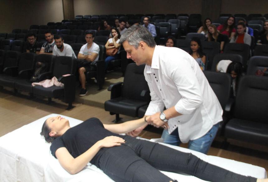 Fisioterapeuta Higor Ranniery Panato Passos durante palestra que abordou a Quiropraxia
