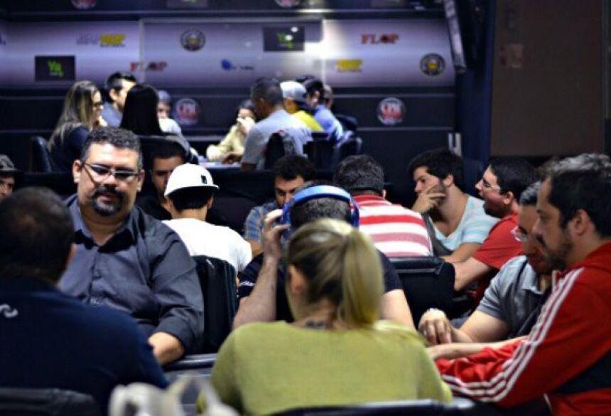 """Photo by PokerNews/Divulgação """"Clubes de poker atraem entusiastas de todos os níveis para partidas emocionantes do esporte das cartas"""""""