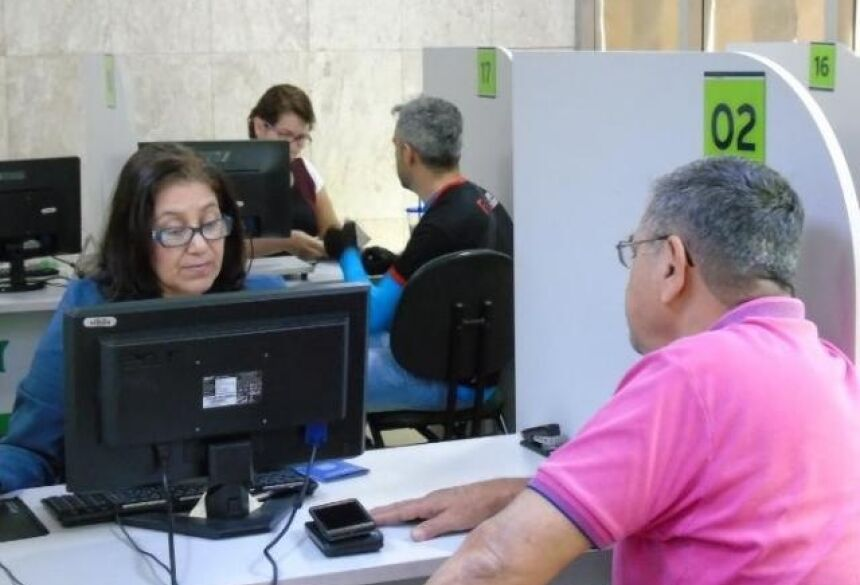 Trabalhador buscando vaga de emprego na agência (Foto: divulgação/Funtrab)