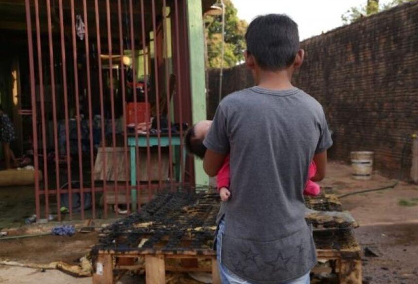 Menino de 9 anos resgatou a irmã de 7 dias do quarto tomado pelo fogo. (Foto: Kisie Ainoã)