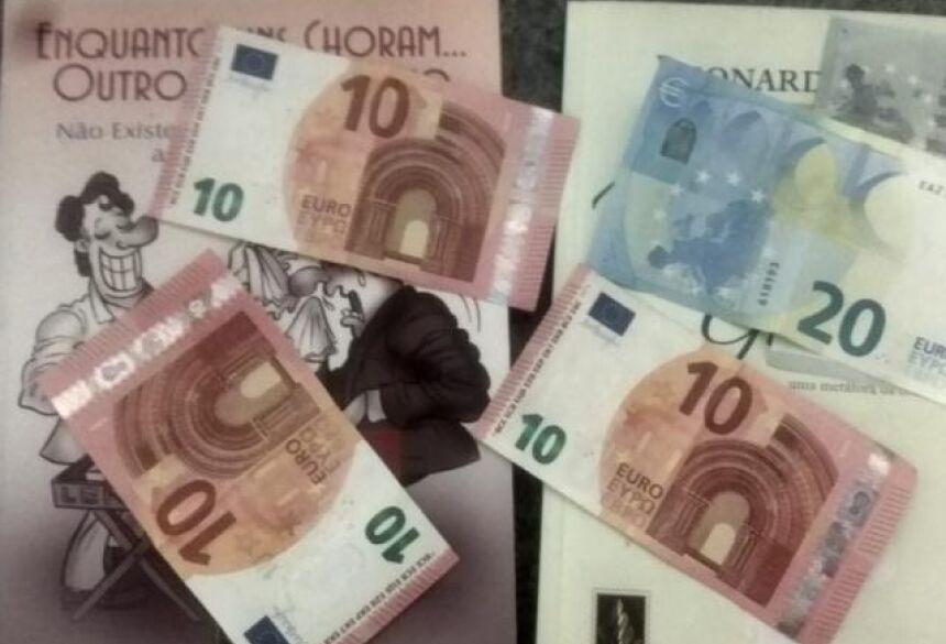 Ele encontrou 55 euros (R$ 233,75) dentro de um dos livros doados e agora quer devolver.
