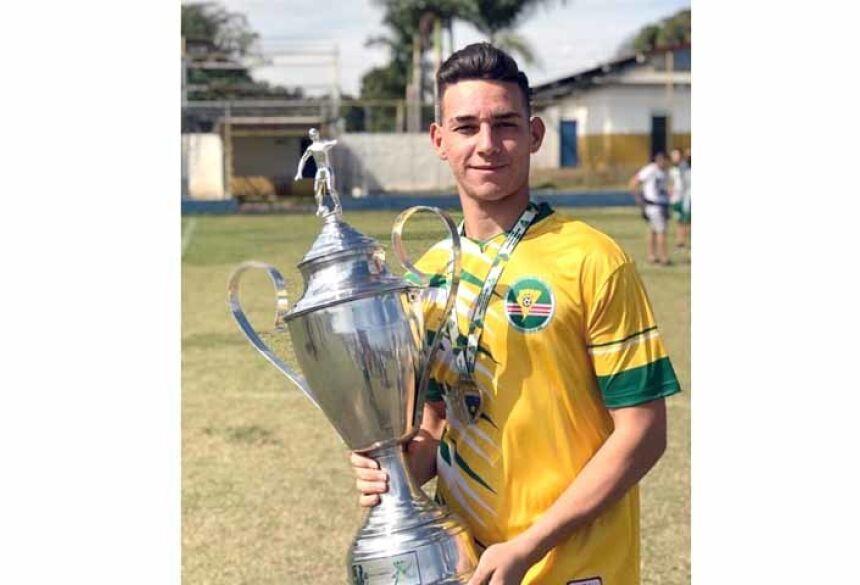 Lucas barbosa com a taça de vice campeão estadual 2019
