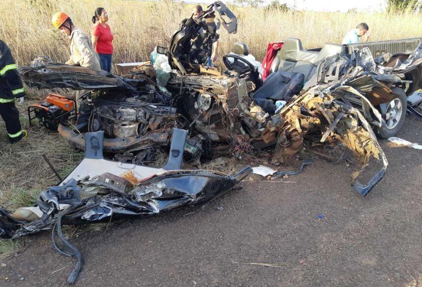 FOTO: PRF - Tragédia: Avô e neto morrem em acidente entre caminhonete e caminhão em MS