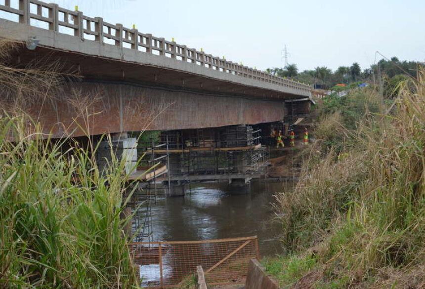 BR-163 Tráfego sobre o rio Dourados é alterado a partir de hoje para reforço na ponte 22 julho 2019 - 11h20Por Vinicios Araújo  Entrada no local da obra é bastante restrito decorrente ao elevado risco de acidentes. - Crédito: Vinicios Araújo/Dourados News
