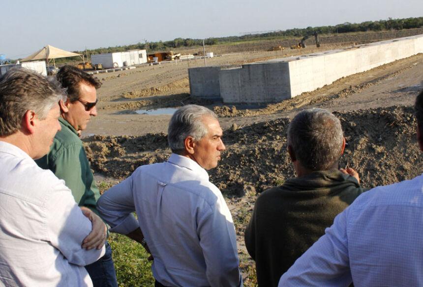 Fotos: Chico Ribeiro - Reinaldo Azambuja e o secretário Jaime Verruck em visita às obras do porto do grupo FV Cereais