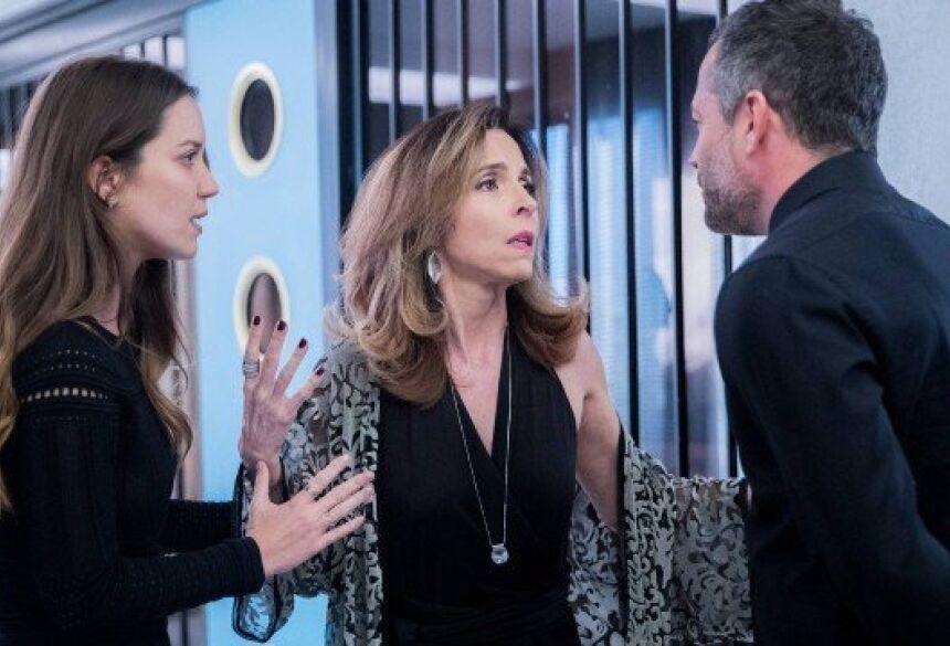 """Lyris grita que Agno é gay e Fabiana observa, em """"A dona do pedaço"""" Foto: Raquel Cunha/Rede Globo/Divulgação"""