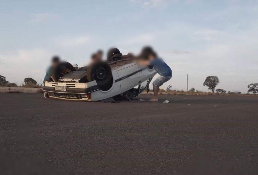 Carro ficou capotado no meio da pista - Foto: Foto: Reprodução / Youtube