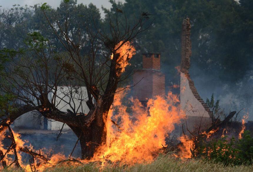 Mais de 20 mil litros foram necessários para combater as chamas e pequenos focos estão sendo apagados ainda - Foto: Álvaro Rezende/Correio do Estado