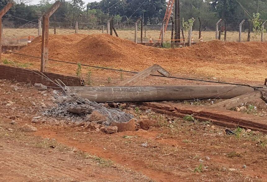 FOTOS: ROGÉRIO SANCHES / FÁTIMA NEWS - Batida derrubou 3 postes de concreto e ponto de ônibus deixando avenida sem energia