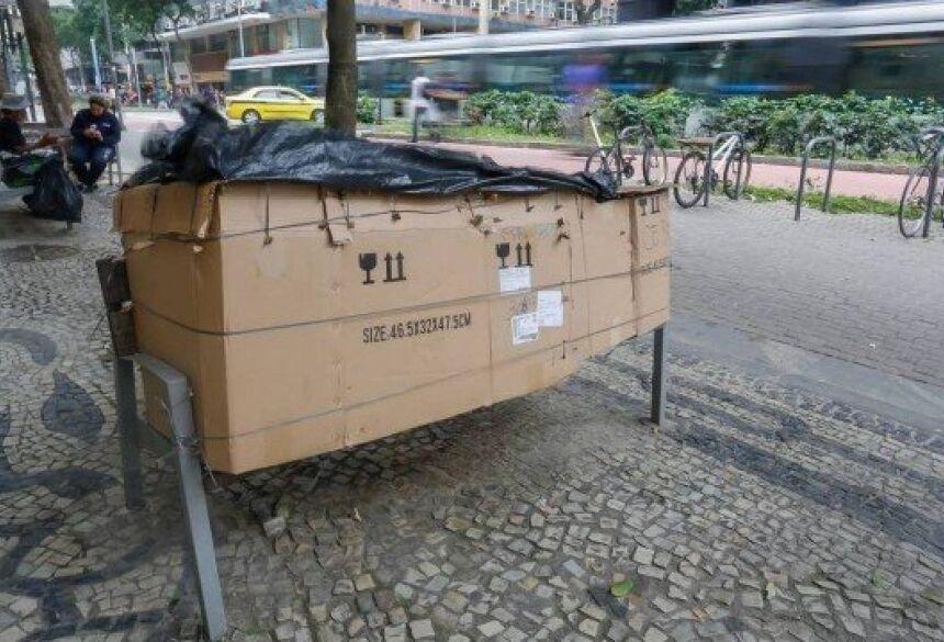Funcionários de estabelecimentos próximos contam que o garçom não conversa muito e que seu abrigo chama a atenção de todos Foto: Marcelo Régua
