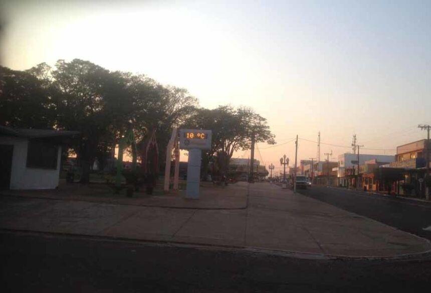 O termômetro da Praça Getulio Vargas marcava às 6:30 hs de hoje, 14, 10º (AdeLuz)
