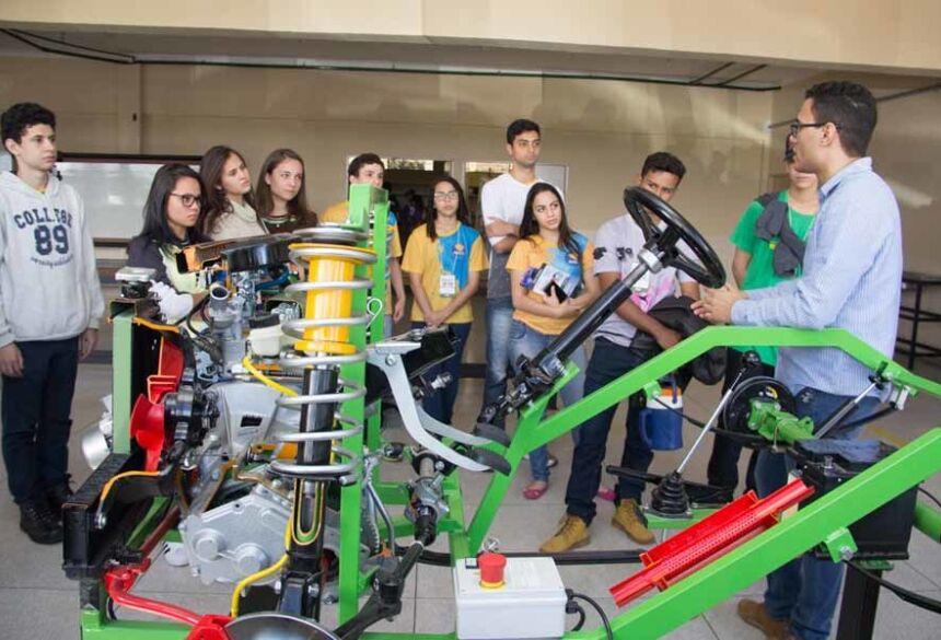 Durante três dias, Feira das Profissões recebe milhares de estudantes e os ajudam na escolha da profissão
