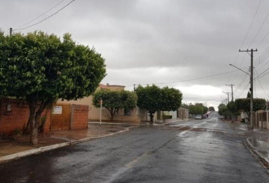 Em Costa Rica, o dia amanheceu chuvoso e há alerta de temporal com granizo (Foto: MS Todo Dia)
