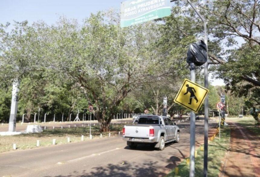 Saco de lixo foi colocado em um dos radares do Parque dos Poderes (Foto: Kísie Ainoã)