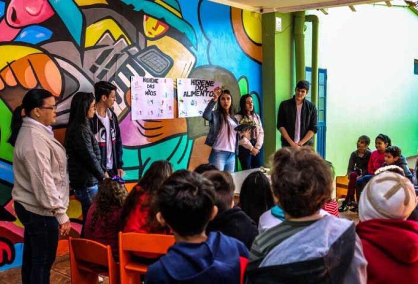 Cerca de 50 crianças aprenderam sobre o plantio de hortifrúti e a higiene dos alimentos com o projeto