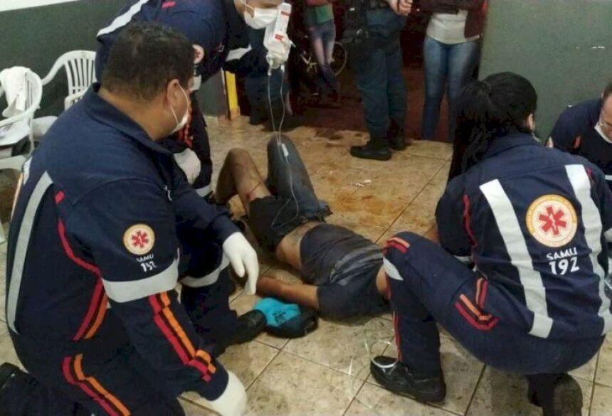 Jonatan Calegari da Silva sendo atendido dentro da igreja - Foto: Sidnei Bronka