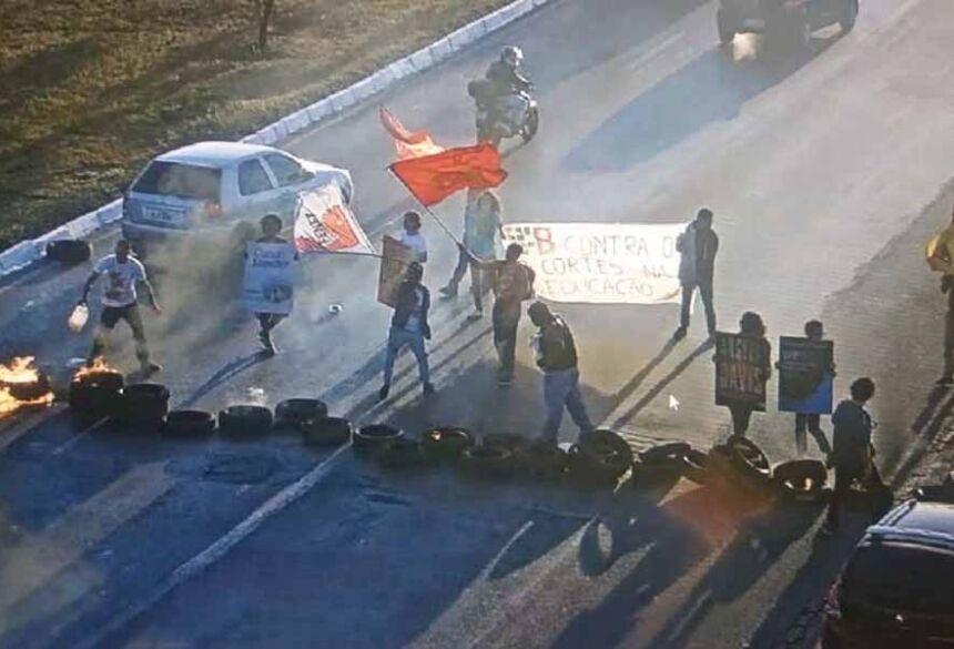 Estudantes interditam pista no DF com pneus em chamas — Foto: DER/Divulgação