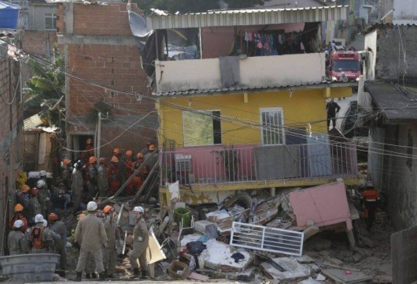 Bombeiros no local do desabamento Foto: Gabriel Paiva / Agência O Globo