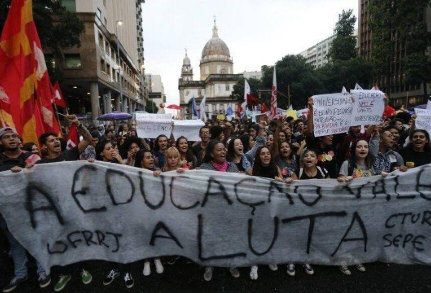 Manifestação na Candelária contra bloqueio de verbas da Educação, no Centro do Rio Foto: Domingos Peixoto / 15.05.2019
