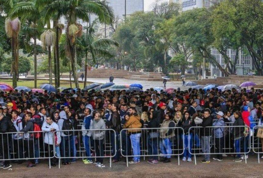 Fila para conseguir um emprego reuniu milhares de pessoas em São Paulo Foto: Edilson Dantas / 06.08.2018