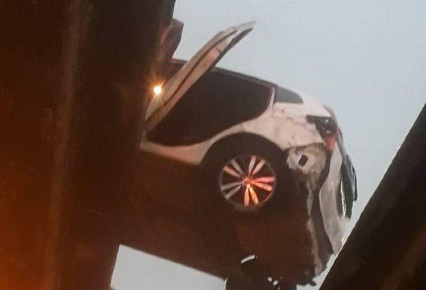 Veículo ficou pendurado entre as duas pistas Foto: Reprodução/Redes sociais