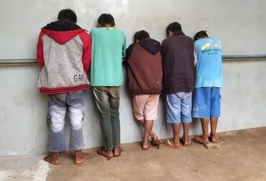 Adolescentes apreendidos na 1ª DP (Delegacia de Polícia) de Dourados. (Foto: Adilson Domingos)