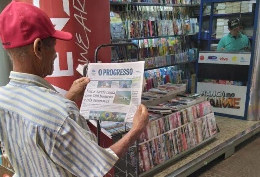 Leitor olha capa de O Progresso desta terça-feira; jornal circula pela última vez na sexta-feira (Foto: Adilson Domingos)