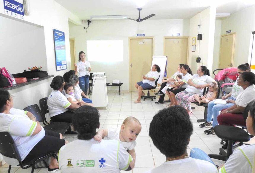 Moradoras de Nova Andradina recebem orientações sobre alimentação saudável por acadêmicos de Nutrição da UNIGRAN