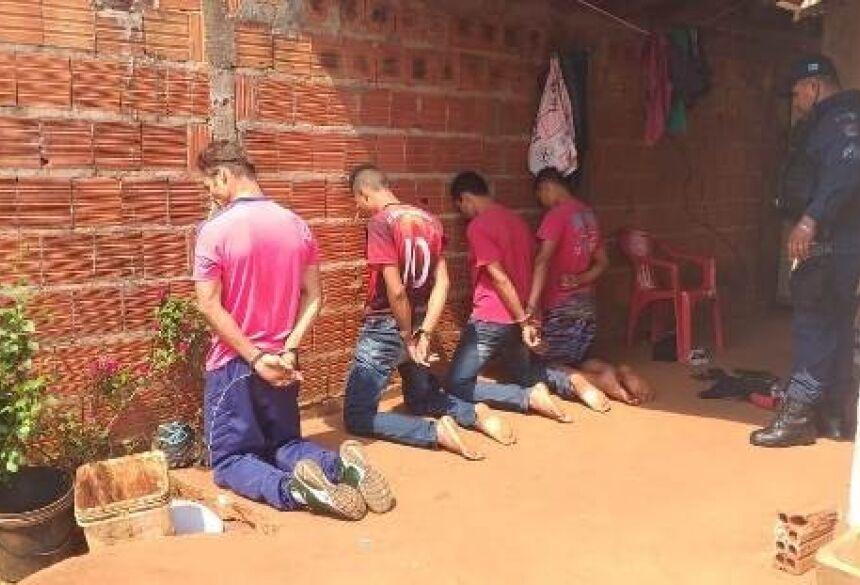 Adultos e menores flagrados em boca de fumo em Caarapó. Fotos: Polícia Civil