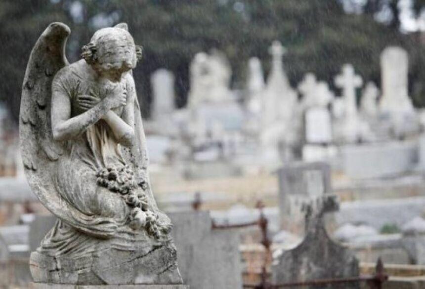 A água é exclusiva da gaveta do túmulo de uma morta.