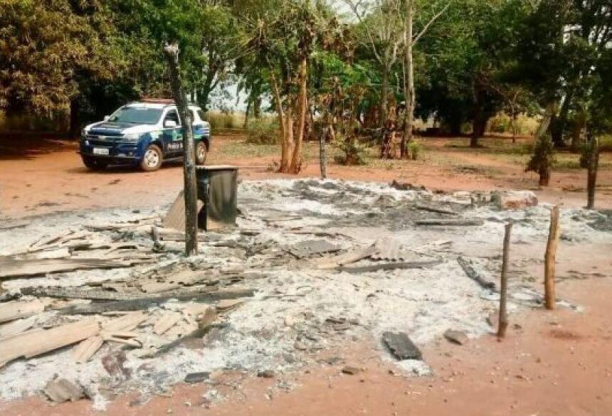 Com medo, a família saiu de casa, oportunidade em que o rapaz incêndio três residências feitas de madeira e sapé, destruindo junto móveis e roupas.