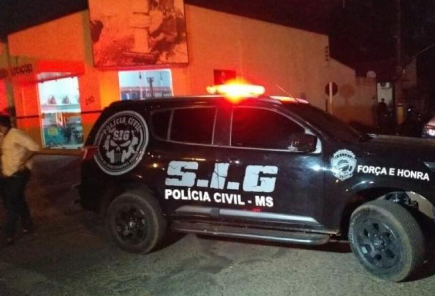 Viatura do Sig em frente ao local da troca de tiros. (Foto: Adilson Domingos)