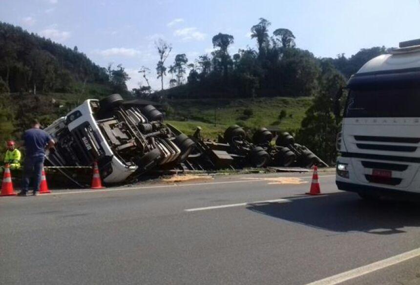O acidente aconteceu por volta das 8h, no km 21 da rodovia, no sentido que leva a Curitiba.