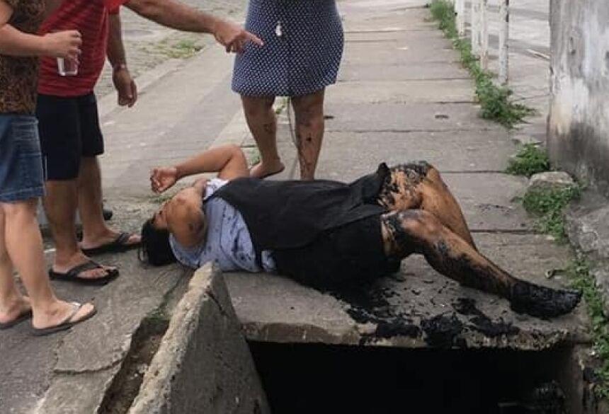 Lama de bueiro chegou a bater no peito da controladora de acesso - Foto: Reprodução
