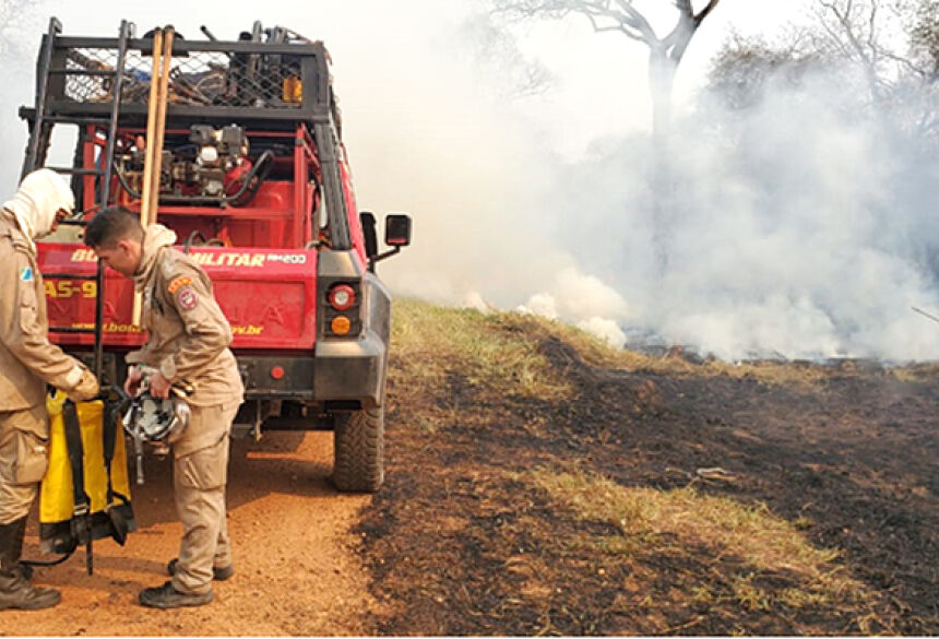 Brigadistas do Ibama e bombeiros combate focos de calor na Fazenda Caiman, em Miranda