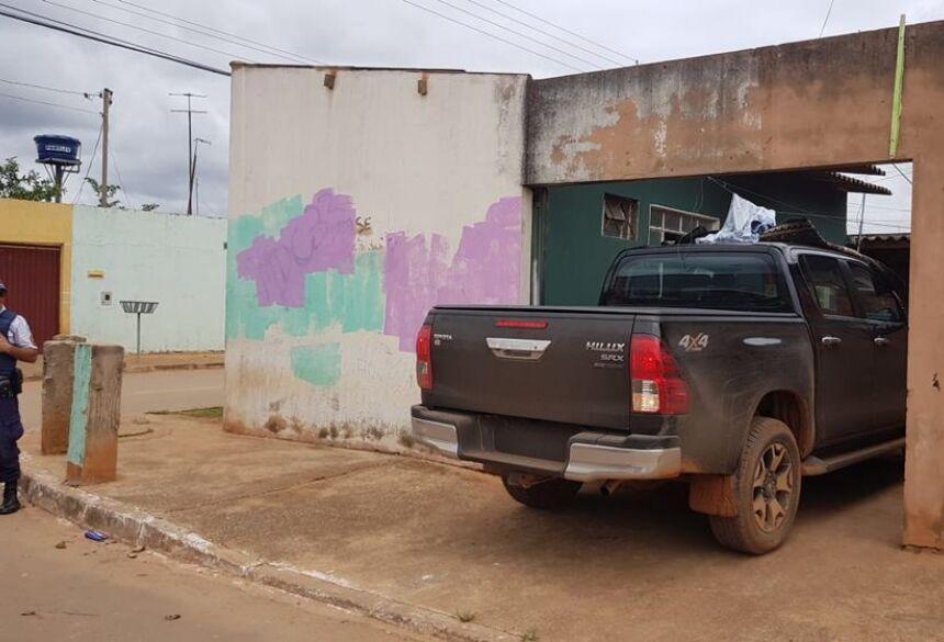 Na ação, os bandidos levaram 01 Hilux CD 4×4 STD, ano 2012/ 2013, de cor branca, placa de Campo Grande-MS-Imagem ilustrativa