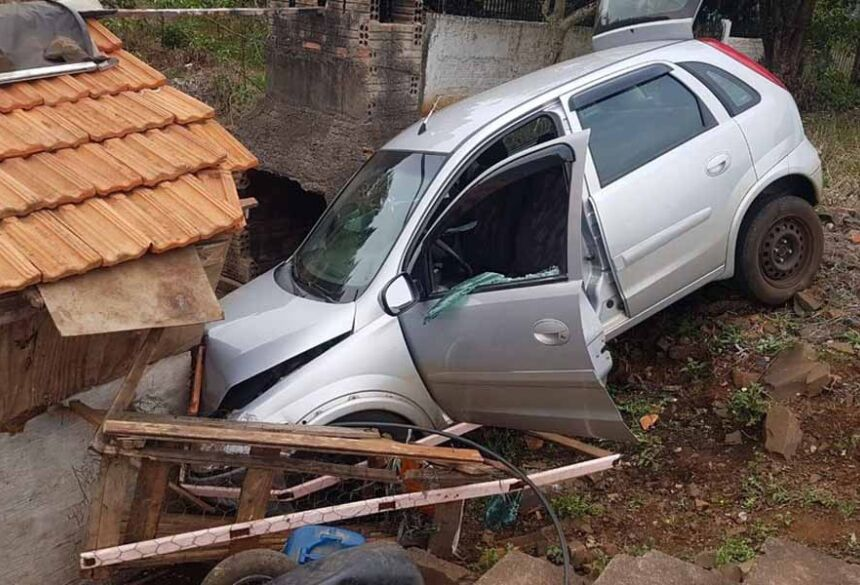Carro saiu da pista e bateu em casa, segundo o Corpo de Bombeiros — Foto: Adan Guerra/Rádio Educadora