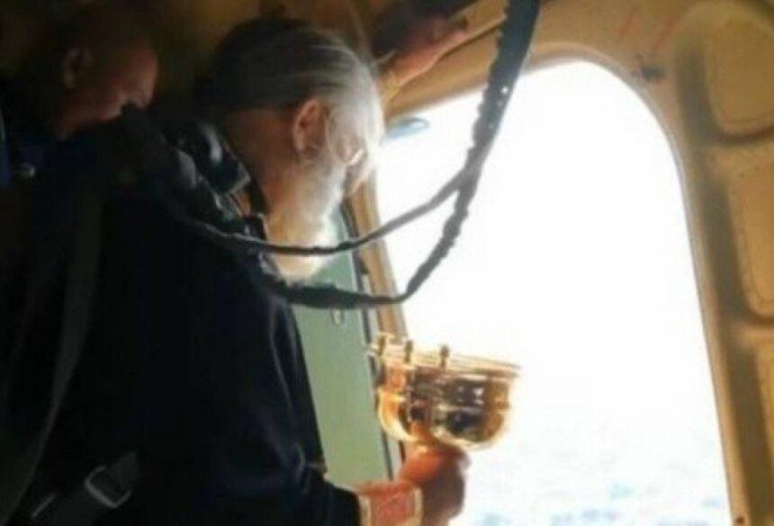 Padre orotdoxo despeja água benta sobre cidade russa Foto: Reprodução