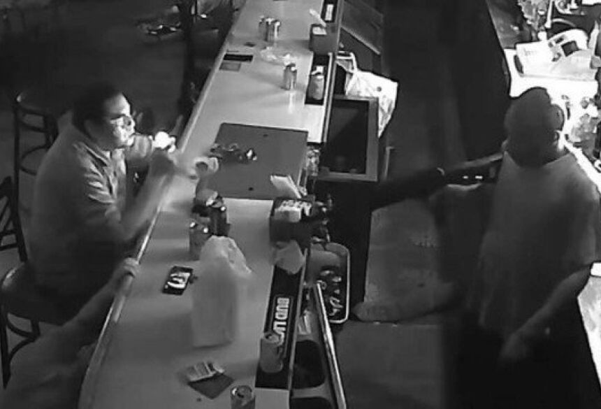 Vítima de assalto fica tranquilo e acende cigarro diante de ladrão Foto: Reprodução/Facebook(John Kimack)