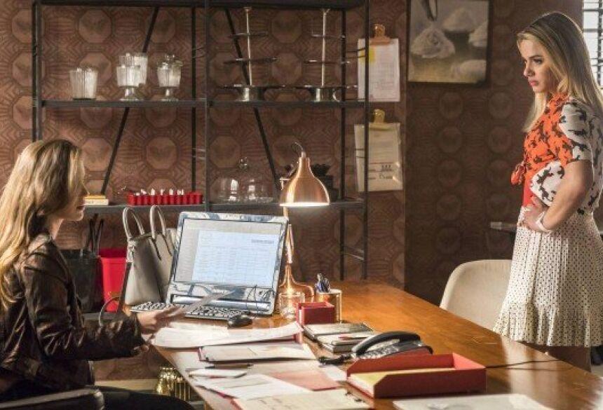 """Fabiana (Nathalia Dil ) e Britney (Glamour Garcia), que mostra documento de reiteração ao trabalho em """"A dona do pedaço"""" Foto: Paulo Belote/Rede Globo/Divulgação"""