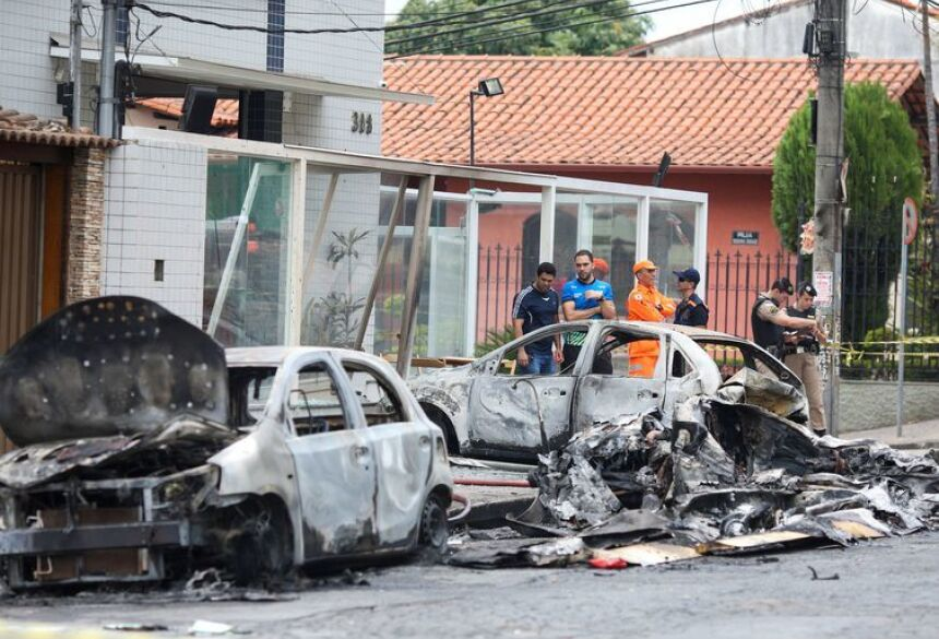Acidente com avião matou três pessoas em Belo Horizonte e destruiu carros    (REUTERS/Cristiane Mattos/Direitos Reservados)