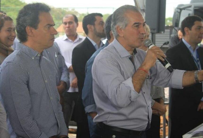 Governador Reinaldo Azambuja (PSDB) ao lado do prefeito Marquinhos Trad (PSD), durante entrevista no Residencial Ruy Pimentel (Foto: Marina Pacheco)